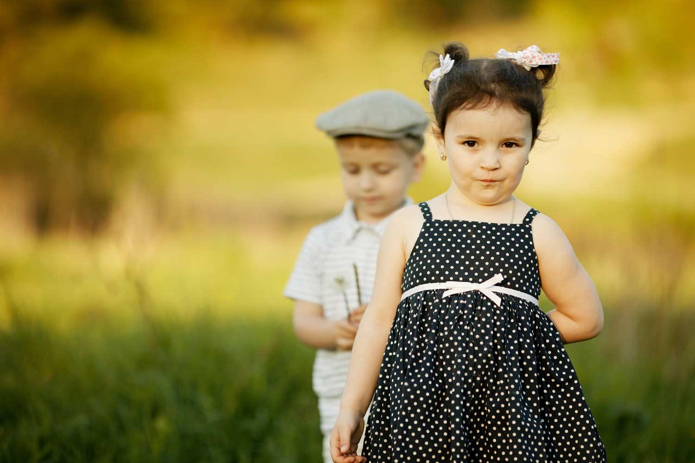 Маленькая девочка маленькому мальчику